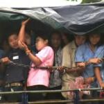 Immigrati birmani diretti in una fabbrica thai. Foto Jesse Hardman