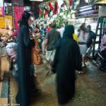 """Donne in nero nel quartiere """"arabo"""" di Nana a Bangkok"""
