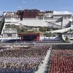 Parata cinese davanti al Potala per i 50 anni della Regione autonoma