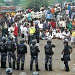 Poliziotti controllano i manifestanti madhesi al confine con l'India