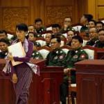 Aung San Suu Kyi passa davanti alla sezione militare del Parlamento