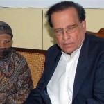 Salman Taseer con la donna cristiana che ha difeso dalle accuse di blasfemia