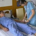 Gambira durante una visita medica quando era esule in Thailandia