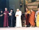 Giovanni Paolo II ad Assisi nel 1986 con i leader di tutte le religioni e (alla sua sinistra) il Dalai lama