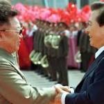 Kim Jong Ill, padre di Un, stringe la mano all'ex presidente sudcoreano Kim Dae jung