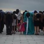 L'inchino davanti alle statue di Kim il Sung e Kim Jong Ill a Mansu hill.