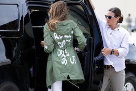 Melania con la provocatoria giacca