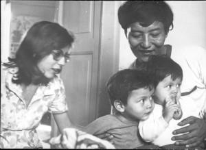 Chogyal Namkhai Norbu con la moglie Rosa e i figli Yeshe e Yuchen da bambini.