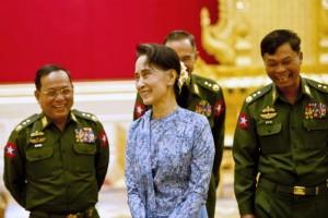Aung San Suu Kyi circondata da ufficiali dell'esercito birmano