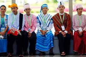 Tipica foto approvata di presentazione ufficiale dell'armonia tra gruppi etnici nell'Unione del Myanmar