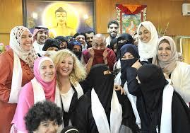 Uno scatto divertente del Dalai lama tra donne occidentali e islamiche