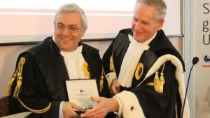 """Il presidente dell'Ordine dei giornalisti Carlo Verna riceve un riconoscimento dal rettore dell'ateneo di Urbino, una delle istituzioni """"autorizzate"""" dall'Ordine professionale a formare i giornalisti."""