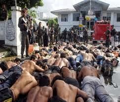 Manifestanti rimettono in scena le immagini  che precedettero a Tak Bai il traspoto sul camion dei giovani arrestati per una protesta e morti soffocati lungo il tragitto del carcere.