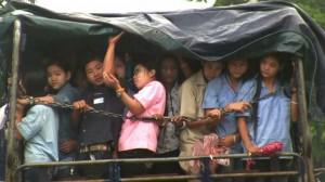 Migranti birmani diretti in camion verso una fabbrica tessile a Mae Sot, Tailandia. Immagine di Jesse Hardman.