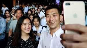 Thanathorn fa un selfie con i sostenitori del suo partito