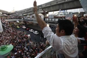 Thanathorn saluta la folla dei seguaci alzando le tre dita, simbolo del movimento contro la dittatura