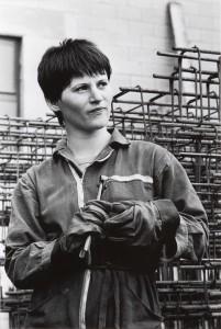 Una giovane operaia ritratta da Paola Agosti bassa