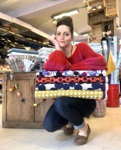 Elisa Borghi in negozio con i tessuti di ricerca