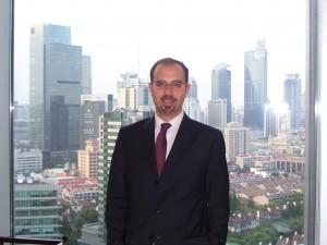 Francesco Varriale alla finestra del suo ufficio di Shanghai