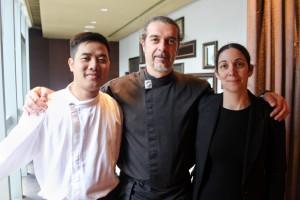 Francesco con la moglie e l'assistente nel suo ristorante di Hong Kong