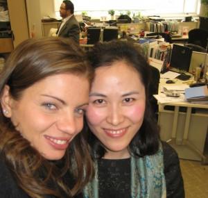 Mariangela con una collega d'ufficio cinese