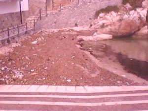 spiaggia con rifiuti 3
