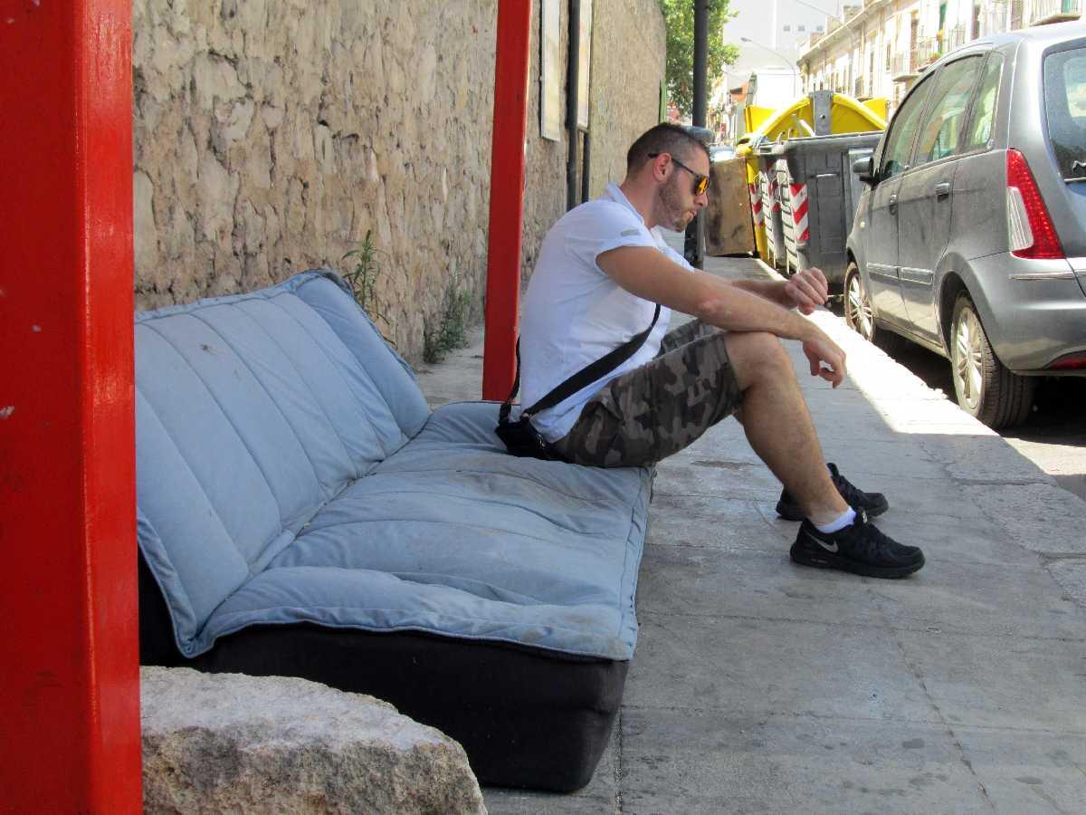 divano alla fermata dell'autobus in via pindemonte