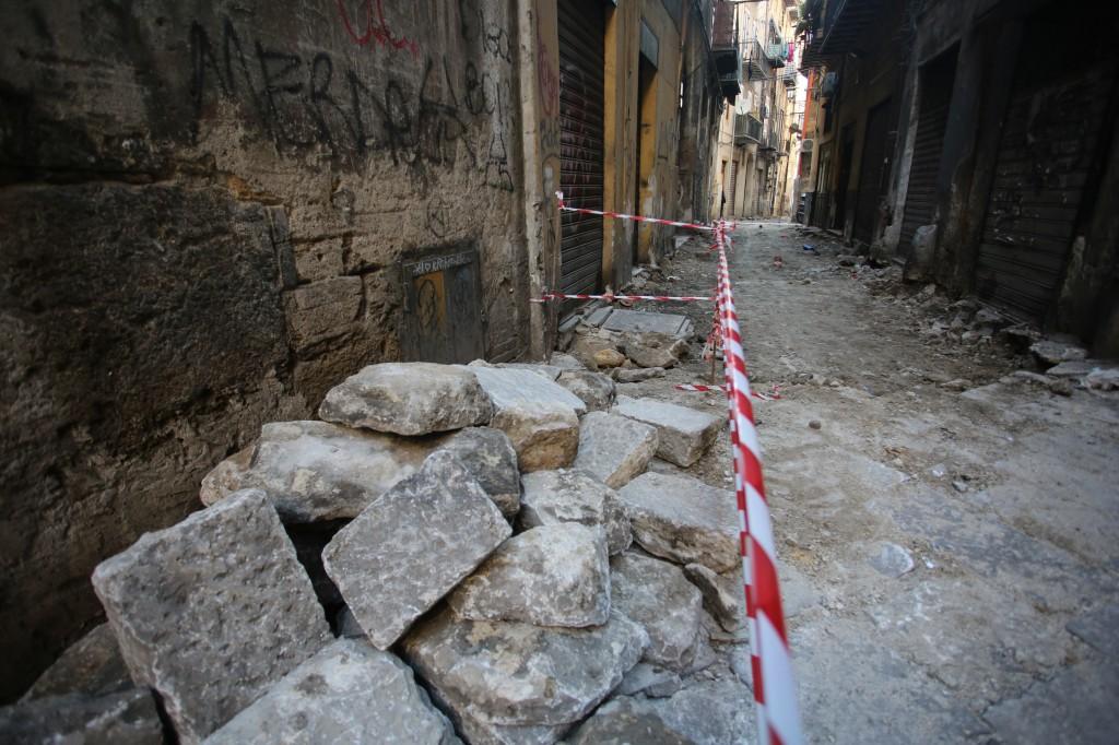 Palermo 1442015 ( FOTO PETYX PALERMO) basole rimosse in via garraffello