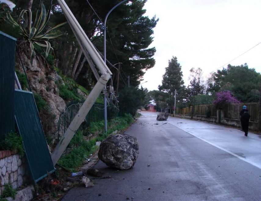addaura masso strada