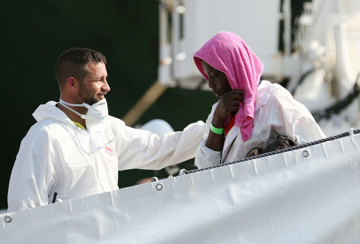 Migranti 1000 sbarco al porto di Palermo