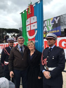 Giovanni De Paoli al Family Day con il gonfalone della Regione