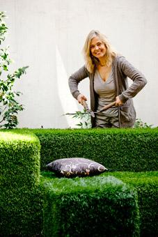 Patrizia Pozzi nel suo giardino - foto di Davide Forti
