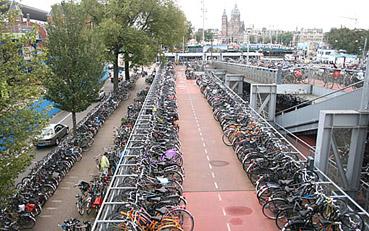 """Parcheggio di biciclette ad Amsterdam - da """"www.streetsblog.org"""""""
