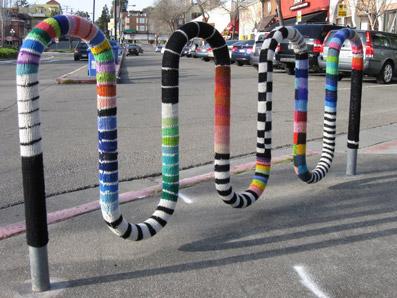 """Rastrelliera per biciclette come una colorata biscia! - dal sito """"www.foolsjournalism.files.wordpress.com"""""""