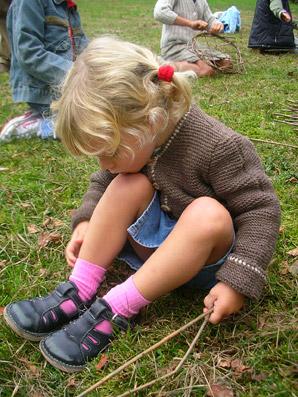 ...questa bimba preferisce comunque sedersi sull'erba! :) - Foto di Patrizia Pozzi