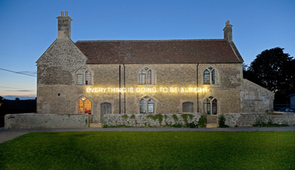 3) Hauser & Wirth Somerset con l'opera Everything is going to be alright (2011) di Martin Creed