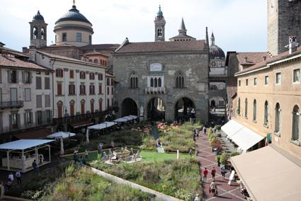 _IMDP 2018, a Bergamo Alta, la Piazza Vecchia trasformata in Green Square da Piet Oudolf (foto Leonardo Tagliabue)