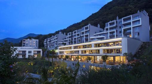 L'hotel The View (illuminato), circondato dagli edifici dell'Emerald Living residence