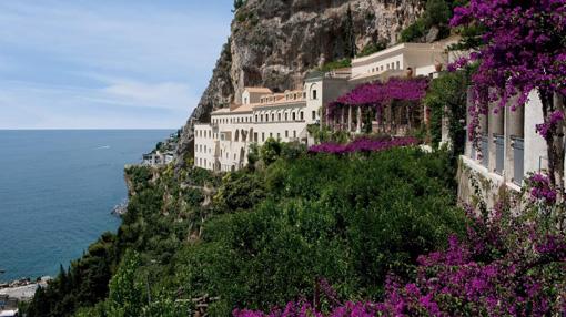 Il Grand hotel Convento di Amalfi, incastonato nella Costiera Amalfitana, a 80 metri d'altezza