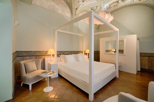 Una delle nuove suite affrescate del Grand hotel Convento, NH collection
