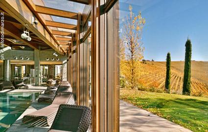 Il sistema a scomparsa delle vetrate della spa per un accesso diretto sulla natura