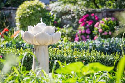 Il giardino delle suore Terziarie di S. Francesco con la fontana-loto in marmo di Lasa (Bz)