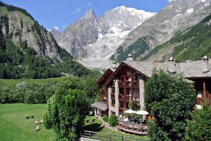 8) A Entre?ves, lo storico Auberge de la Maison, con vista sul ghiacciaio della Brenva e sulla Val Veny