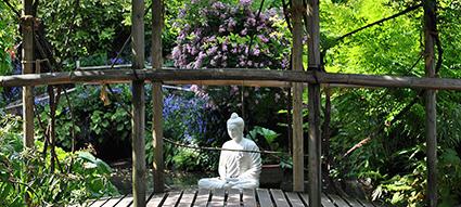 Buddha in marmo accovacciato sul laghetto Stravinsky
