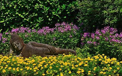 Un antico Buddha sdraiato nel Giardino botanico Fondazione Andre? Heller