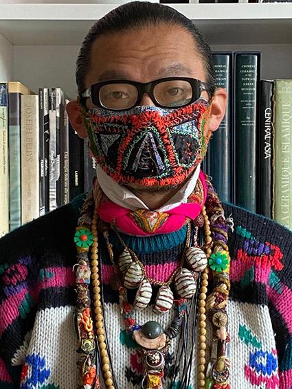 Il designer giapponese Hisayuki Amae (S C. Artroom, Milano) s'e? progettato la sua mascherina, ricamata su tela indaco anti-insetti