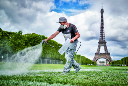 Saype mentra lavora davani alla Tour Eiffel a Parigi