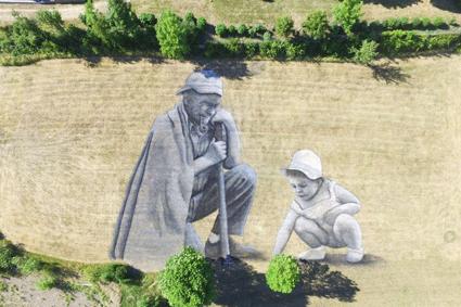 Saype, Un grand homme et l'avenir_, 2017, Kufa's Urban Art Festival, Lussemburgo