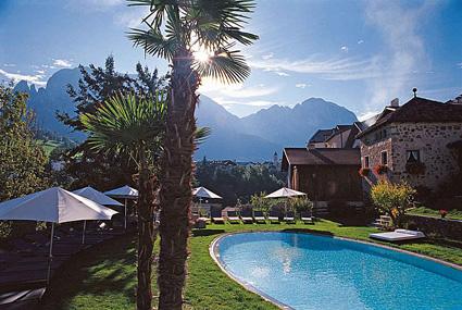 Romantik hotel Turm, la black pool in giardino