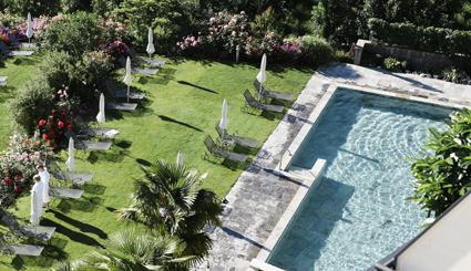 Giardino Marling, la piscina in pietra incorniciata da rose